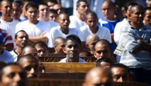 Líderes de la Mara Salvatrucha asisten a misa en el una cárcel de Ciudad Barrios, El Salvador. Image by © Edgar Romero/dpa/Corbis