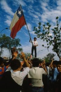Manifestante ondea una bandera chilena en rechazo al golpe. / © Carlos Carrion/Sygma/Corbis